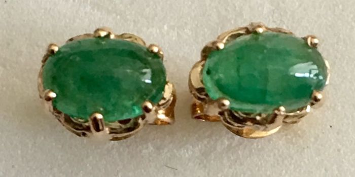 18 kt (750/1000) yellow gold earrings with cabochon cut emeralds of 1.18 ct - Earring length: 15 mm - Weight: 1.09 g No reserve