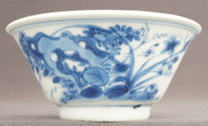 Wine bowl with decorations of a grasshopper on blossoming branches at a rock formation, marked 'ding' - China - Kangxi period (1662-1722)