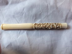 A finely engraved ivory Cantonese Cigarette Holder, carved with a serpentine Dragon amongst clouds and fishes - China - 1900-1920