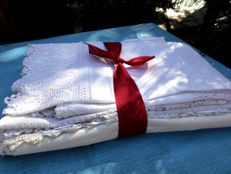 "2 monogrammed pillowcases + 6 large doilies in ""crisp"" linen"