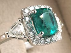Gold ring with an emerald certified by IGI Antwerp, and VS-G diamonds - Total 2.60 ct - Size 55