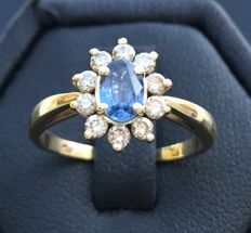 18 kt grey gold daisy ring with a Ceylon sapphire in centre (0.5 ct) in a crown of H/VS diamonds (0.3 ct) - ring size: 53