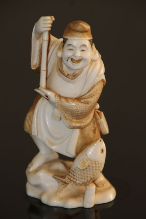 Signed, ivory okimono of Ebisu with fish - Japan - ca. 1900-1920