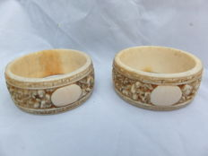 Two finely engraved Cantonese ivory napkin rings in excellent condition.  - China - end of 19th century.
