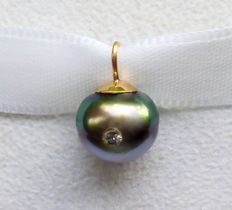 18 kt pendant with a Tahiti pearl containing a diamond