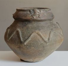Carinated jar decorated with frogs and a wave pattern - 100 x 150 mm