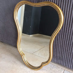 Mirror with gold-coloured wooden frame with pearl rim cartouche-shaped