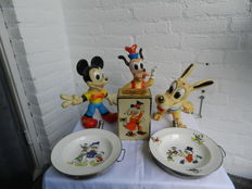 Disney, Walt - Collection of 6 Disney items - 3x rubber doll  / 2x hot water plate / 1x tin piggy bank -  (1960s)