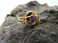 18 kt gold ring with synthetic purple stone - No reserve