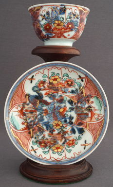 Cup and saucer with an underglaze blue decor of flower branches and an overglaze of Amsterdams Bont - China - Kangxi era (1662-1722)