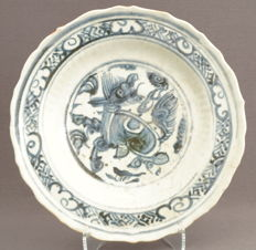 Deep dish with a temple lion decor - China - 15th century, Ming dynasty (1368-1644)