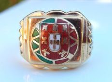 18 kt yellow gold signet ring with coat of arms of Portugal