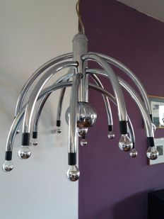 Unknown designer - Large chrome-plated ceiling light with 12 curved arms and a spherical lamp at the centre, diameter 69 cm