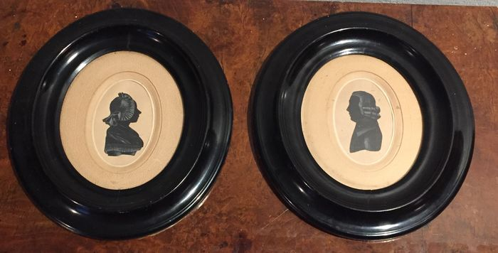 Distinguished lady and gentleman - A pair of silhouette drawings in oval frames - late 18 century - Amsterdam(?)