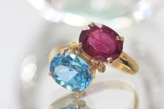 18 kt gold ring set with ruby and blue topaz - size 56.