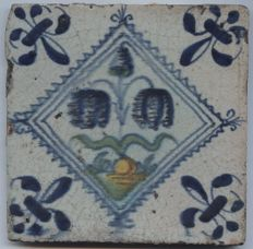 Antique serrated square tile - two flowers and a button on a tuft