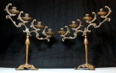 Large and heavy authentic Victorian candlesticks - England - ca. 1900 - four oblique flames - brass - rocailles decorations with acanthus leaf-shaped scroll motif