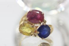 18 kt gold ring set with precious stones, size 56