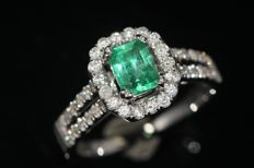 18 kt white gold ring set with natural emerald and diamonds size: 54. NO RESERVE PRICE.