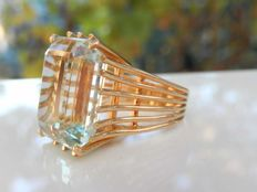 Heavy 18 kt yellow gold ring with superb natural aquamarine