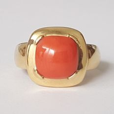 18 kt yellow gold square ring with a natural coral - size: 18.1 mm 17/57 (EU)