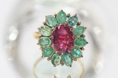 18 kt gold entourage ring set with rubellite tourmaline and emeralds - size 54.