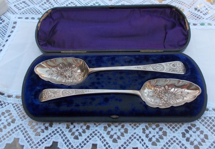 A pair of George III boxed silver Berry Spoons - William Summer - London - 1800
