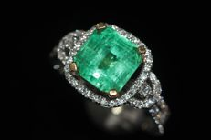 18 kt white and yellow gold cocktail ring set with natural emerald and diamonds - Size: US 7, EU 17.25 (54) NO RESERVE PRICE