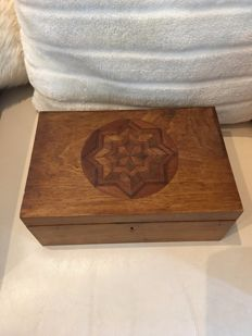 Burr royal size wooden jewelry box with rosewood star intarsia, mirror inside - England - end of the 19th century