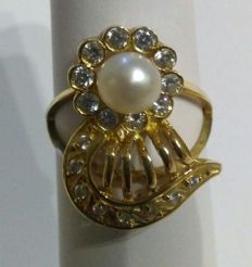 18 kt gold ring with freshwater cultured pearl (Italian design). 16 mm.