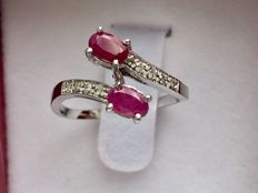14 kt white gold ring with two oval cut rubies of 1.20 ct and eight brilliant cut diamonds of 0.20 ct - Ring diameter: 16 mm