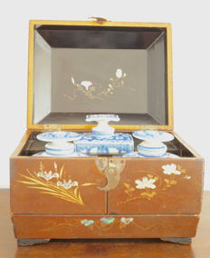 Large lacquer tea case with inlaid mother of pearl, including 3 original porcelain tea caddys with lids - Japan - 19th century, early Meiji period (1868-1915)