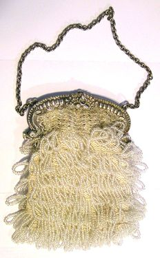 Silver bracket with silver jasseron chain and beaded bag, the Netherlands, 1828.