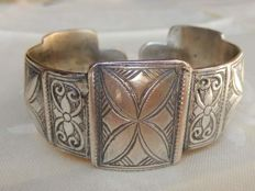 Antique opening bracelet in silver with beautiful decorations.