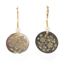 Pair of 14kt/585 yellow gold leverback earrings with Tahiti Mother of pearl inlayed 24K gold floral designs  – Length 5 cm