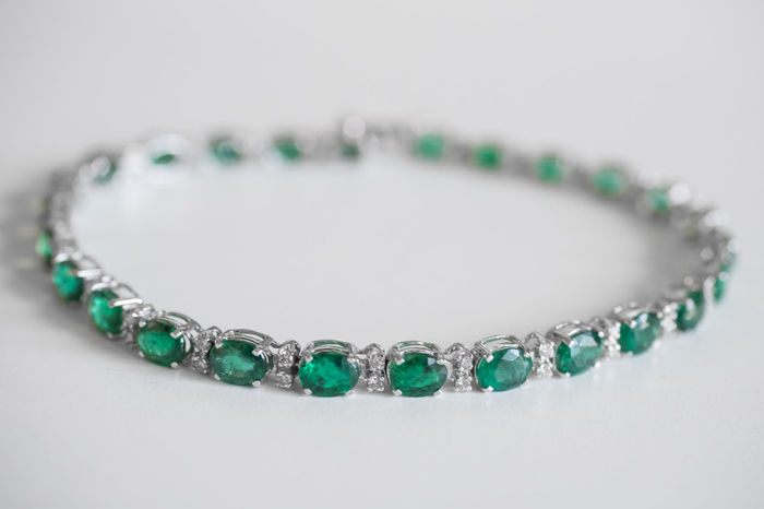 Tennis bracelet in 18 kt white gold with emeralds (7.43 ct) and diamonds (0.58 ct)