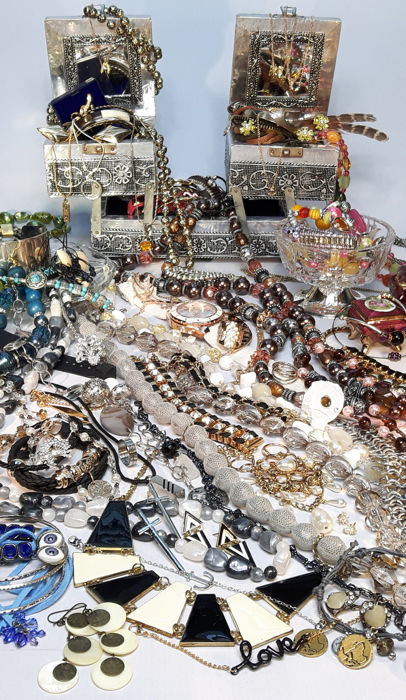 A massive collection of decorative mixed jewelry and other collectibles with more than 200 items.