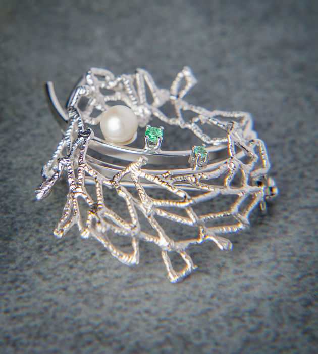 Modern 14k / 585 White Gold Brooch set with Emerald & Pearl, No Reserve Price