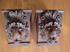 In oak carved Renaissance style lion's head ornaments - Holland - ca. 1900