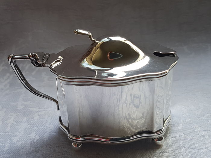 Silver mustard pot, Robert Pringle & Sons, Chester, 1913