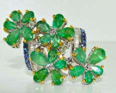 Magnificent 18 kt white gold ring set with 7 ct emeralds and 1.80 ct sapphires and diamonds.