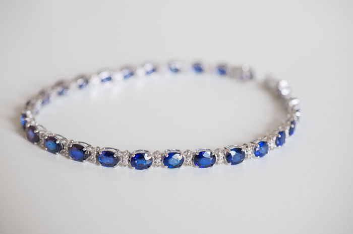 Tennis bracelet in 18 kt white gold, with 11.02 ct of sapphires and 0.50 ct of diamonds