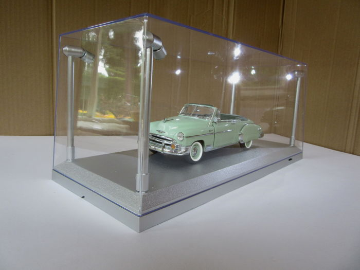 kings Display Group - Scale 1/18 - 2 x Showcases with LED-lighting with model