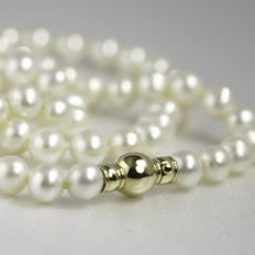 Stylish pearl necklace with 18 kt gold pearl-shaped sphere clasp