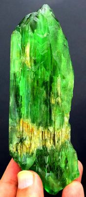 Terminated & Undamaged Dog Tooth Termination Lush Green Kunzite Hiddenite Crystal - 107*44*18 mm - 146 gr
