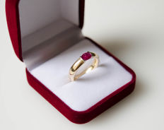 Solid 18 kt gold ring with large ruby – ring size: 53 (13)
