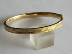 8 kt yellow gold tooled bangle - 10.55 g