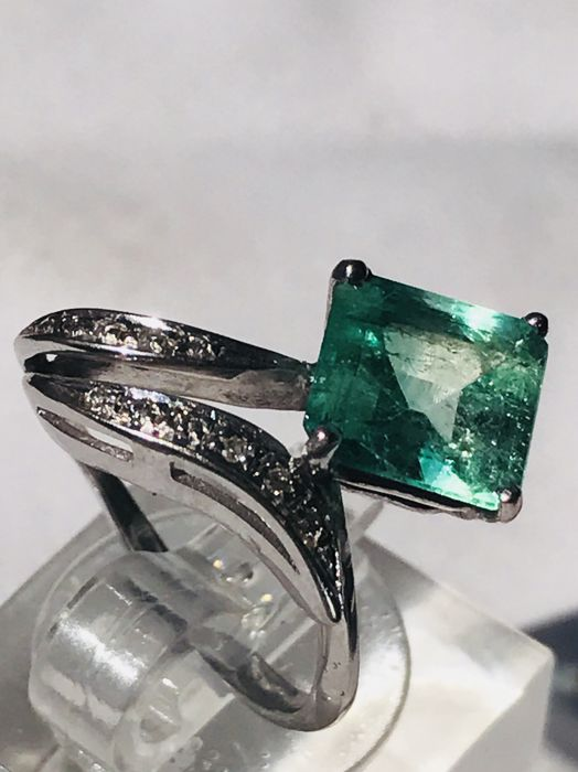 Little finger ring in 18 kt gold with 0.14 ct of diamonds and approx. 2.25 ct emerald