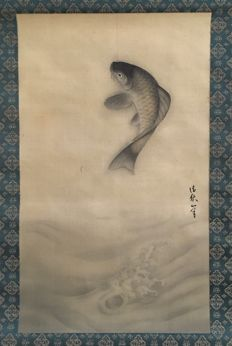 'Jumping Carp' detailed handpainted scroll painting on cloth, signed by Seishu - Japan - ca. 1920