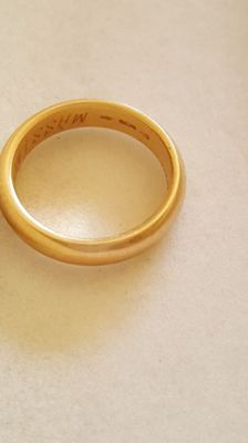 'unoAErre' wedding ring -- 5 grams -- 18 kt yellow gold -- size 16